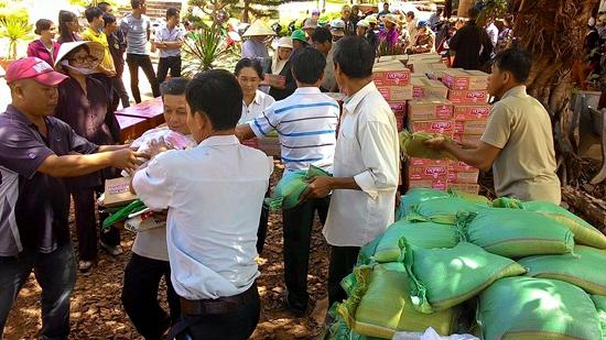Đoàn Từ thiện Chùa Vạn Phước TP-Vũng Tàu tặng quà cho đồng bào nghèo tại tỉnh Đăk Nông