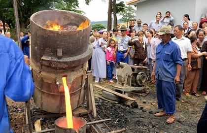 Đúc đại hồng chung tại nhà tù Lao Bảo