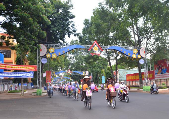Phật giáo TP.Buôn Ma Thuột  diễu hành xe đạp hoa mừng Phật Đản PL 2561 - 2017