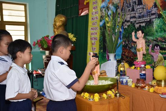 Tiền Giang: Lớp học tình thương CLB Thiện Duyên tổ chức lễ tắm Phật