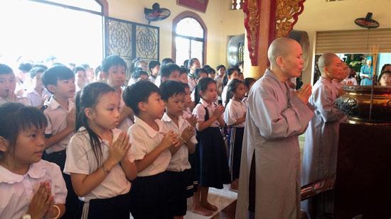 Sài Gòn: CLB Thiện Duyên hướng dẫn các em đến chùa lễ Phật tại Chùa Linh Bửu