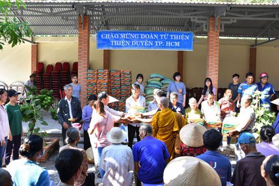 CLB Thiện Duyên tặng quà tết tại Mõ Cày Nam – Bến Tre