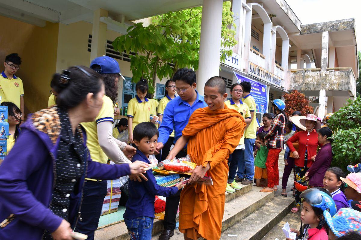Hội Từ thiện Tịnh xá Lộc Uyển đi ủy lạo tại Cà Mau
