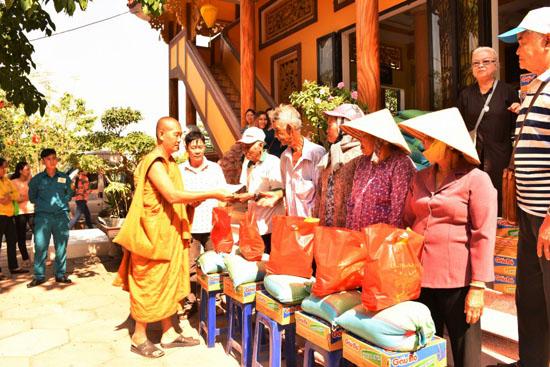Bình chánh, Tịnh xá Đại Quang phát quà từ thiện