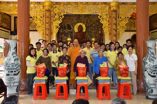 Nhóm Lộc Uyển yêu thương phát quà từ thiện tại Bình Phước