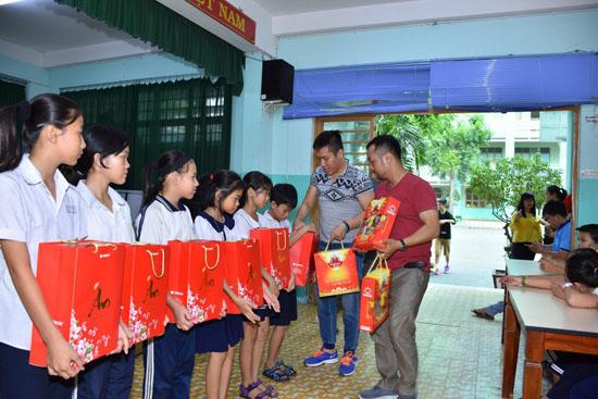 Sài Gòn: Đội nhóm từ thiện tặng quà lớp học tình thương Thiện Duyên